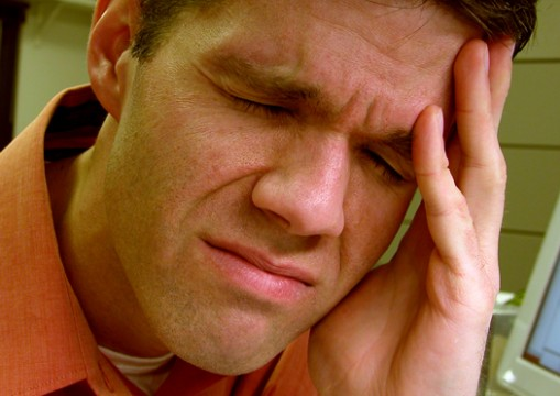 Man med huvudvärk, kanske orsakad av dålig bettfysiologi.