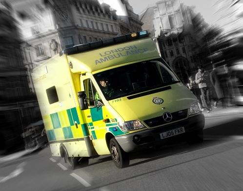 Ambulans i full fart - kanske med en åderförkalkad person inuti