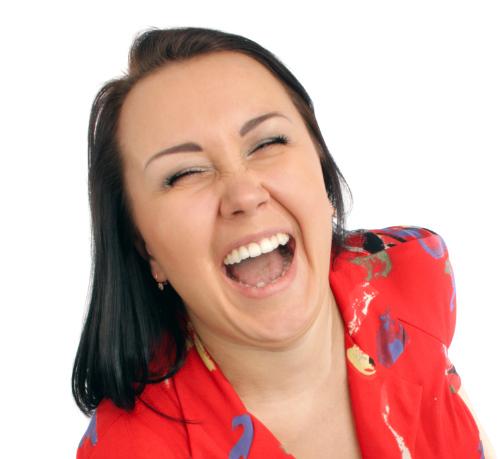Kvinna ler tokigt leende med bländvita tänder