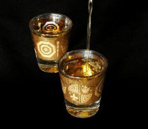 Två shot glas med alkohol