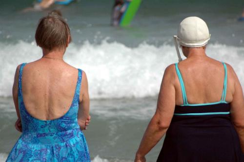 Två äldre kvinnor vid stranden