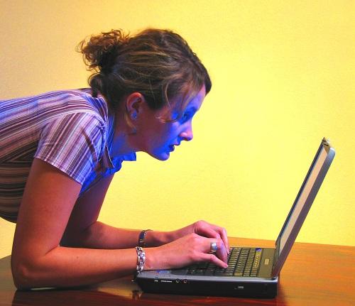 Kvinna som kikar på bild av Matthew Bowden på video om tandvård på Calles Video-sida