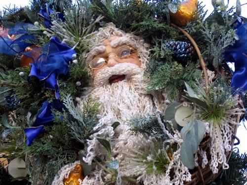 Jultomte gömd i gran