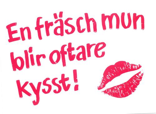 """skylt med texten """"En fräsch mun blir oftare kysst"""""""