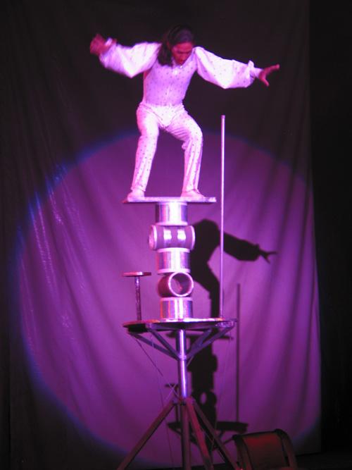 circusartist som balanserar på bräda