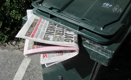 soptunna med tidningar
