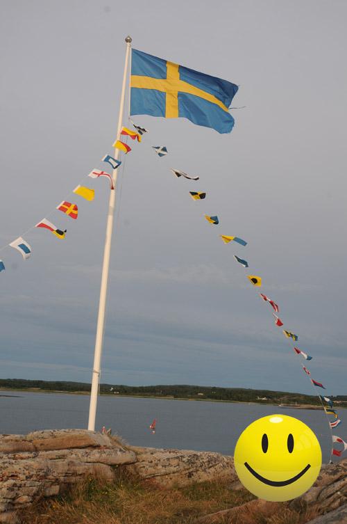 svensk flagga vid havet på sommaren